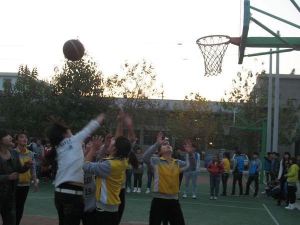 我校班级篮球赛渐入佳境